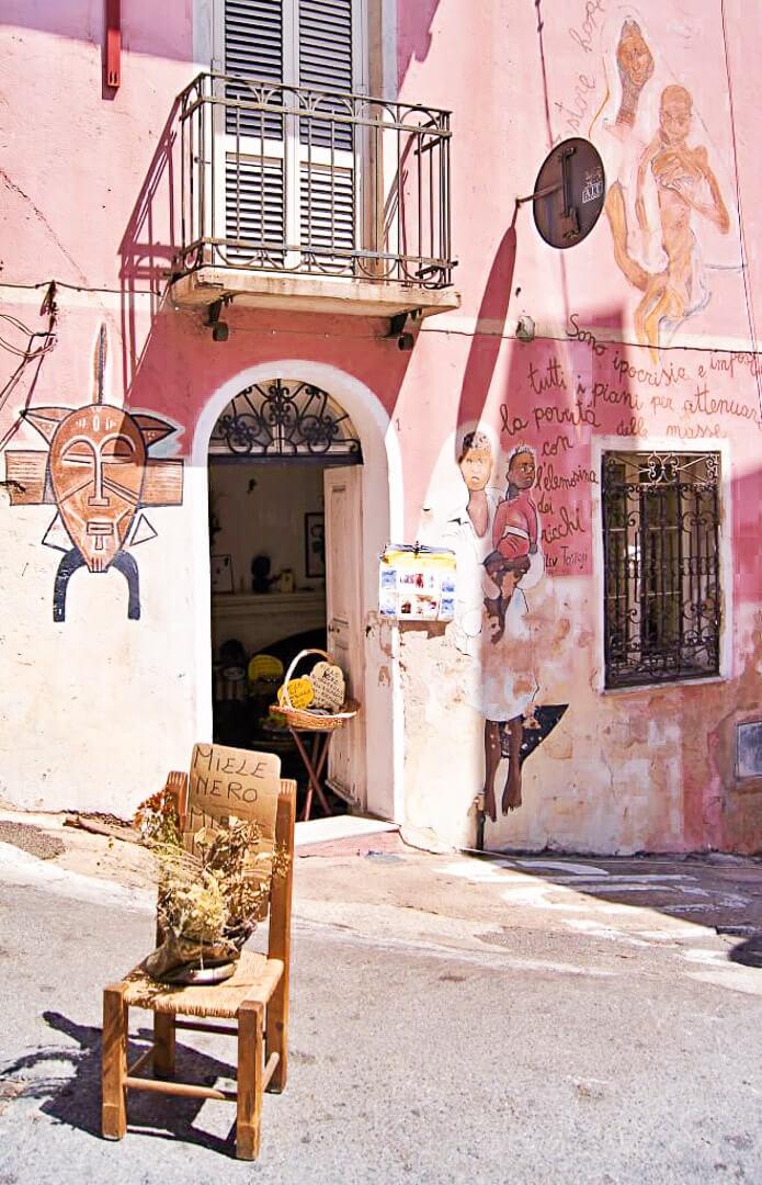 Włoskie miasteczo Orgosolo, urokliwe detale.