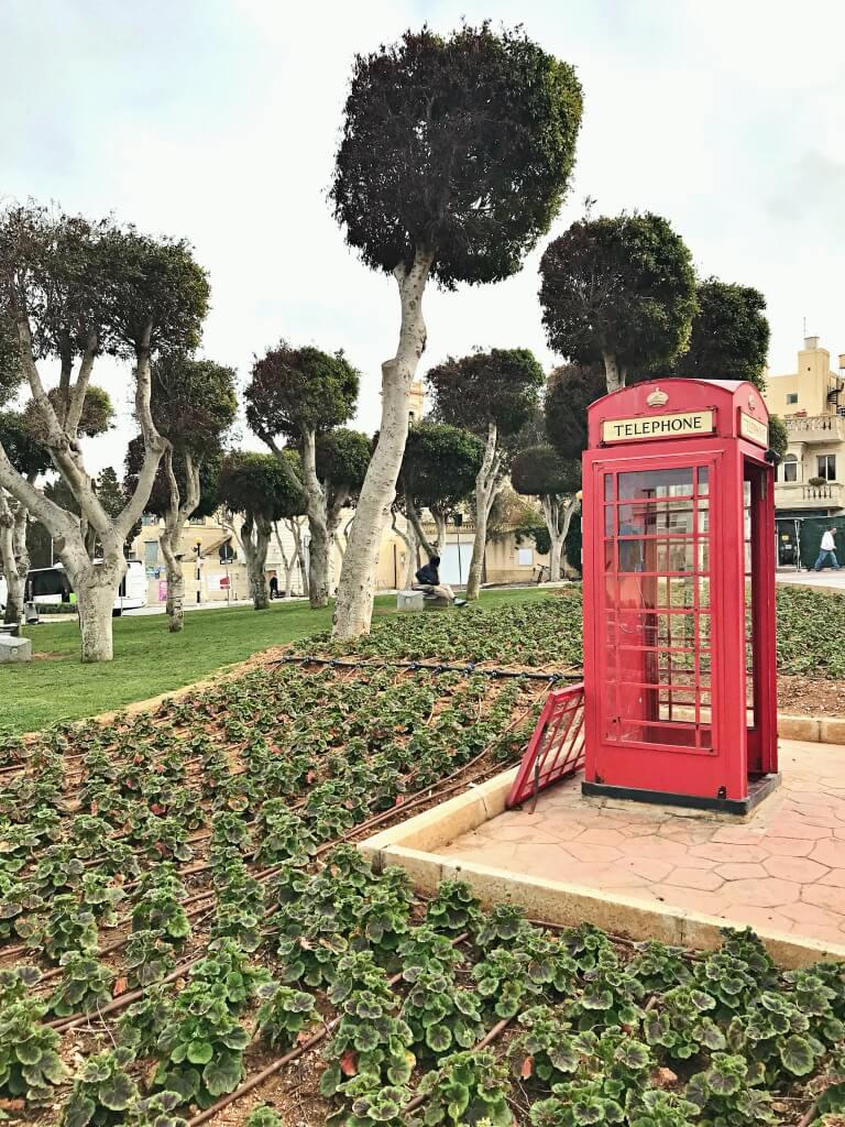 Tutaj Malta w angielskim stylu. Angielska budka telefoniczna.
