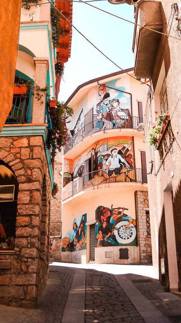 Kolorowe malowidła ścienne w Orgosolo.