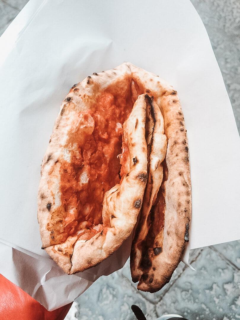 Pizza a portafoglio, czyli złożona w stylu neapolitańskim.