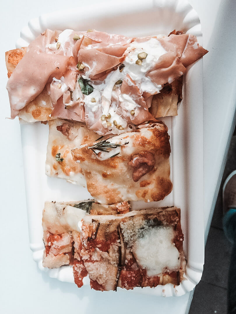 Pizza a taglio, czyli krojona w kawałki z dużych blach.